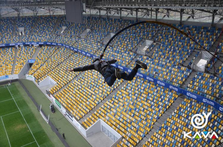 Стрибки з мотузкою в чашу стадіону
